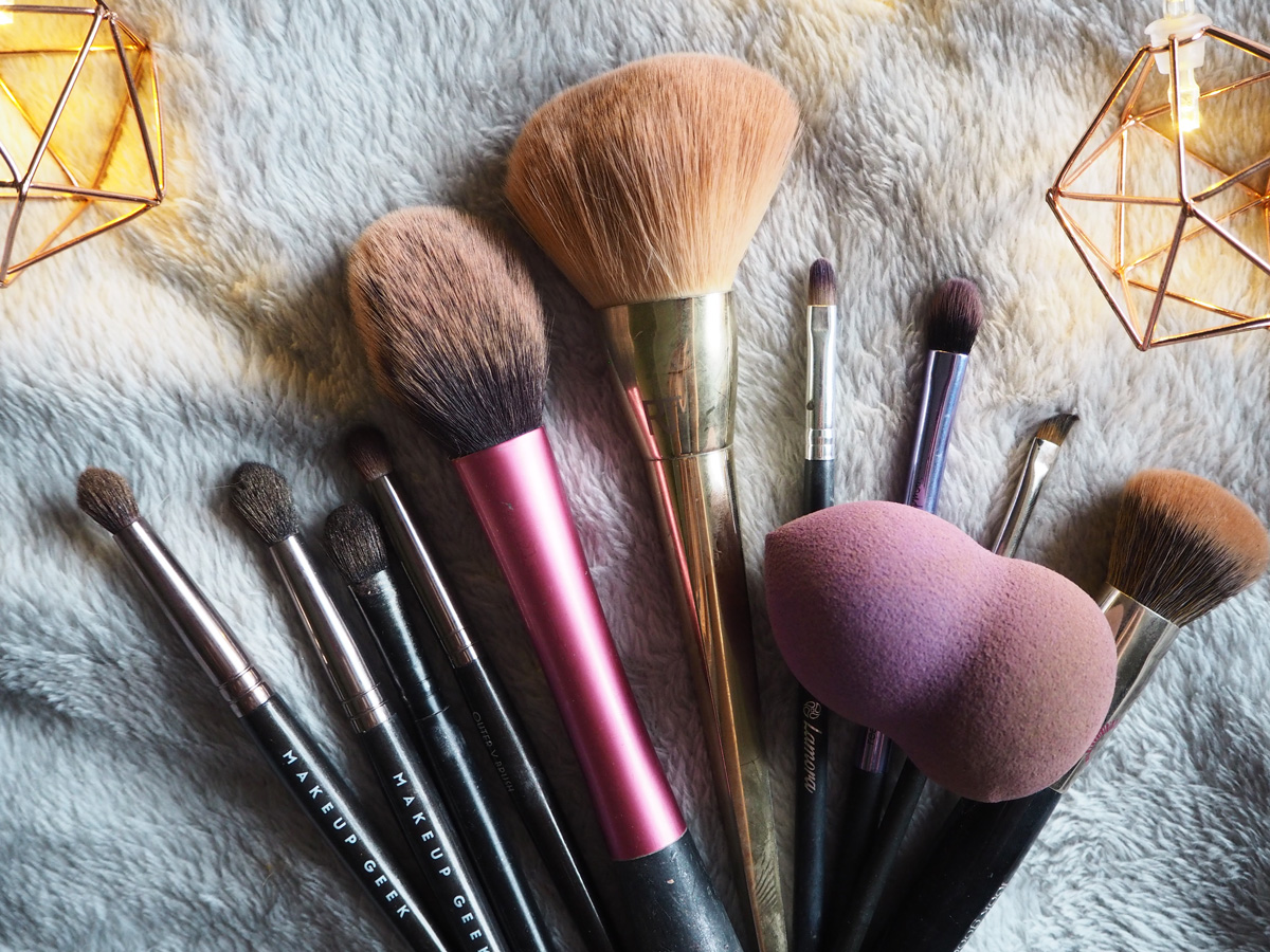 whats-in-my-travel-makeup-bag-makeup-brushes