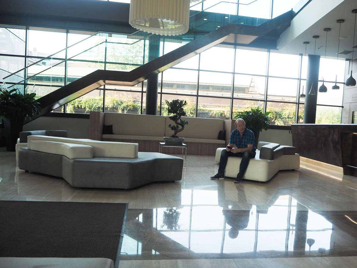 Lobby Seating area - Hilton Garden Inn Milan North